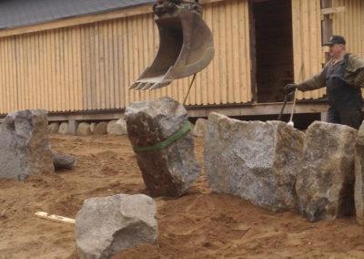 Teatterin kiviaidan rakentamista.
